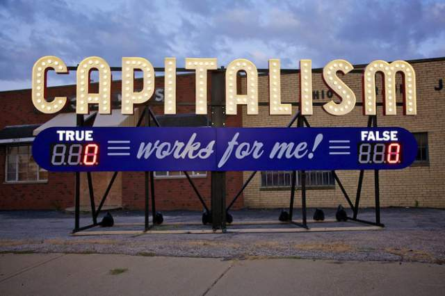 Tomado de: 2 / 2 Steve Lambert, Capitalism Works for Me! (True/False) https://www.artsadmin.co.uk/projects/2-degrees-festival