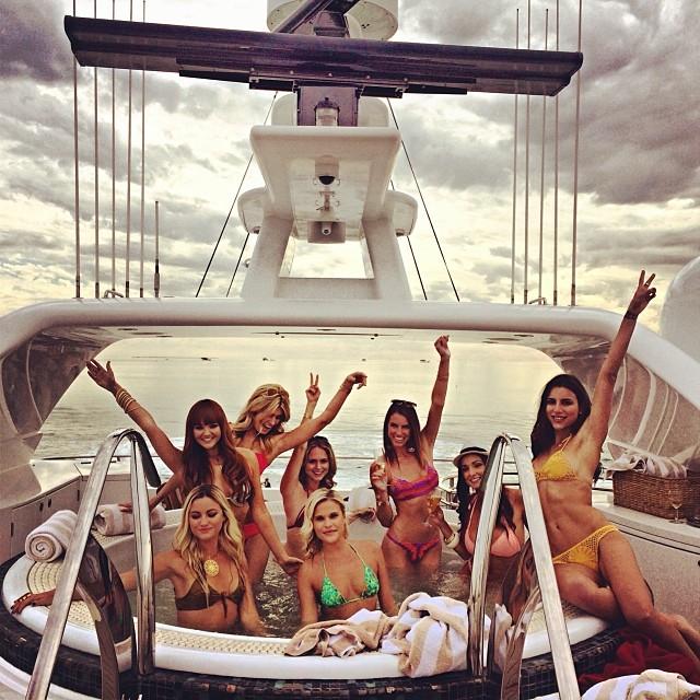 Chicas en bikini-yate-2